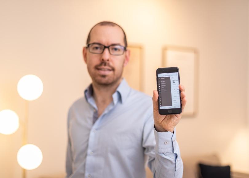 Sylvain Gautier, Co-fondateur de Baqio avec l'appli en main