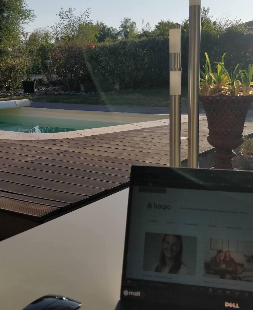 Travail en extérieur avec vue sur une piscine