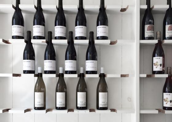 Bouteilles de vins rangées sur étagères